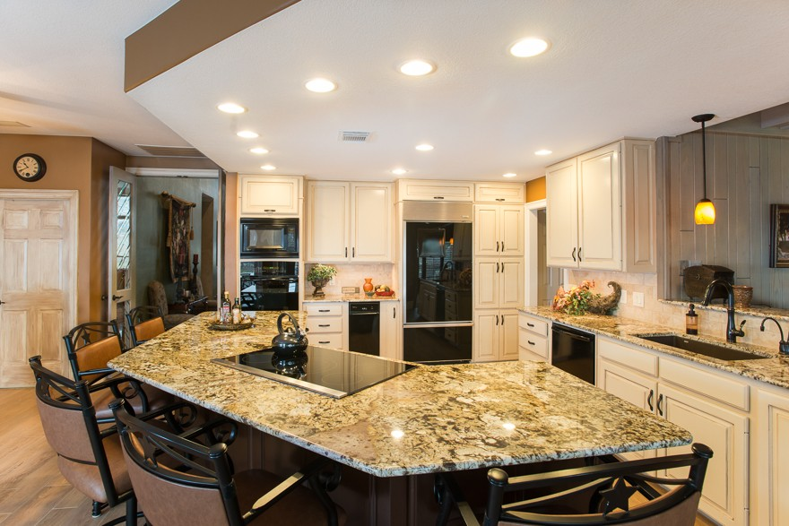Colleyville Spacious Traditional Kitchen With Large Island
